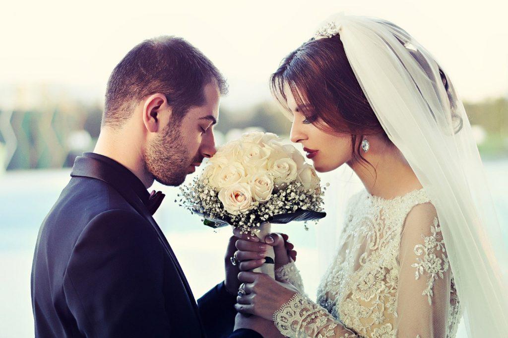 Couple marié autour d'un bouquet de fleurs